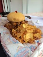 Las hamburguesas son monstruosas, y los chips recién hechos