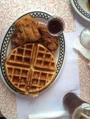 "El famoso ""Chicken and Waffles"""